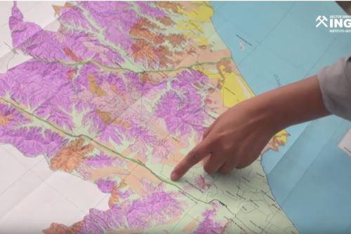 La elaboración de la Carta Geológica Nacional se inicia con la interpretación de fotografías aéreas e imágenes de satélite.