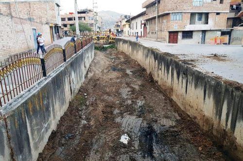 Oficina de Defensa Civil de Cajamarca acelera trabajos de limpieza de canales, ríos y quebradas.