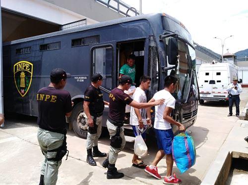 El traslado de internos del penal Chanchamayo empezó la madrugada del martes.