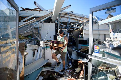 Poblador rescata objetos en Panamá City