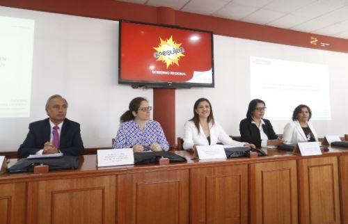 Viceministra del Minam, Lucía Ruiz, y gobernadora de Arequipa, Yamila Osorio presentaron proyecto.