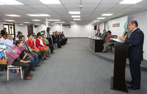 Ministro de Agricultura, Gustavo Mostajo, encabezó ceremonia de firma de convenios.