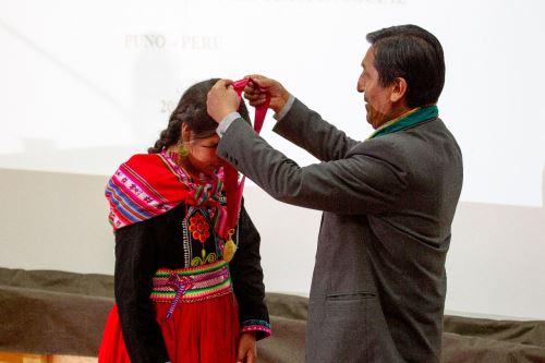 La UNAP le confirió el título de licenciada a Blanca Quispe tras aprobar la tesis sustentada en lengua aimara.