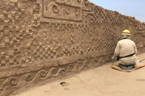 El mural decorado con relieves de olas y escaques forma parte de un corredor.