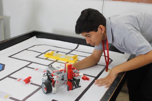 Los escolares piuranos han creado un prototipo de robot que selecciona limón por tamaño y color.