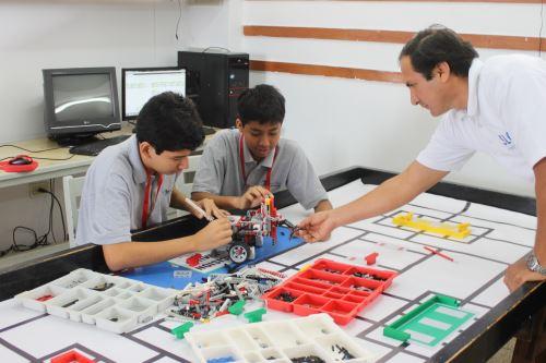 Los estudiantes se preparan todos los días para competir en el mundial de robótica que se realizará en Tailandia.