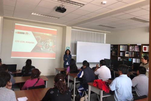 Una delegación de empresarios de Bolivia visitó el Centro de Innovación Productiva de Cuero y Calzado de Arequipa.