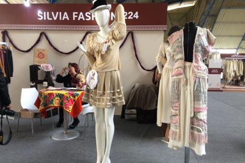 En el certamen se desarrolla también una exhibición de prendas de alpaca.