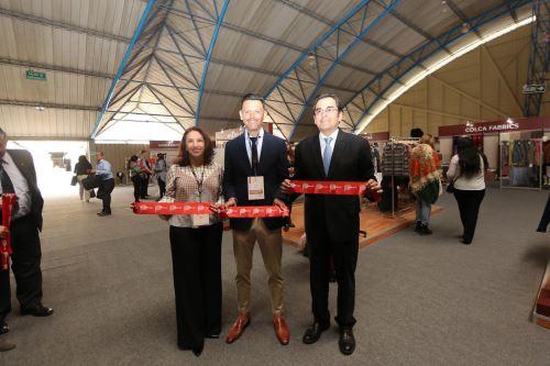 Alpaca Moda fue inaugurada por la directora de las Ocex, Teresa Mera; el presidente de Alpaca Fiesta, Raúl Rivera; y el director de exportaciones de Promperú, Luis Torres.