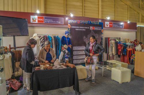 Productores de fibra de alpaca exhiben sus prendas en Alpaca Fiesta 2018.
