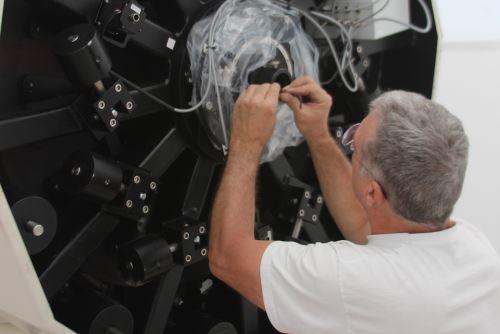 Sofisticado telescopio tiene 4,175 metros de altura y un espejo de un metro de diámetro.