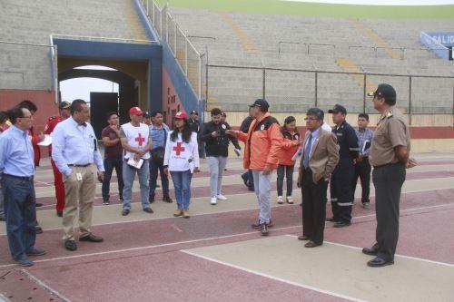 Autoridades del Santa participaron en instalación de albergue temporal en el estadio municipal Manuel Rivera Sánchez de Chimbote.