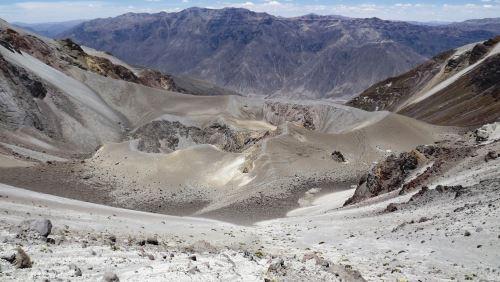 Cráter del volcán Huaynaputina, a 16 kilómetros al sureste de la ciudadela de Estagagache.