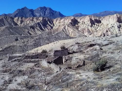 La ciudadela de Estagagache, así como los sistemas de andenes contiguos están cubiertos de ceniza y pómez de entre 0.4 metros y 1 metro de espesor, emplazados durante la erupción.