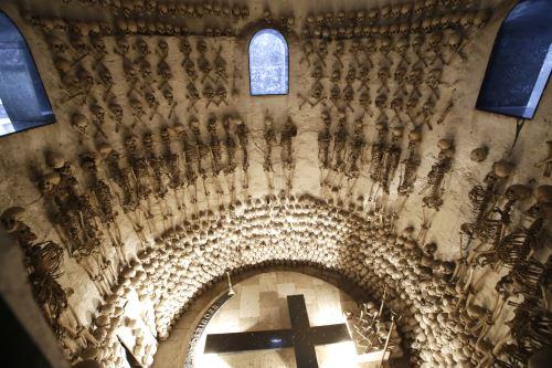 Bajo el domo de granito se encuentra un ambiente donde las paredes están cubiertas por cráneos y esqueletos.