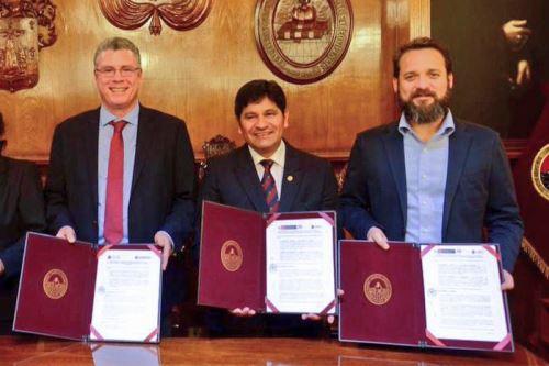 Representantes del Instituto Tecnológico de la Producción y de la Universidad Nacional de San Agustín firmaron convenio.