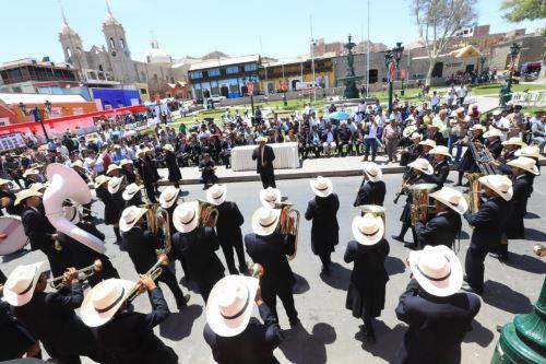 En la plaza de armas de Moquegua se vivió una fiesta por el lanzamiento de la Agenda Bicentenario.