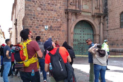 Caída de pináculos del templo barroco La Compañía de Jesús del Cusco causa asombro entre los transeúntes y turistas.