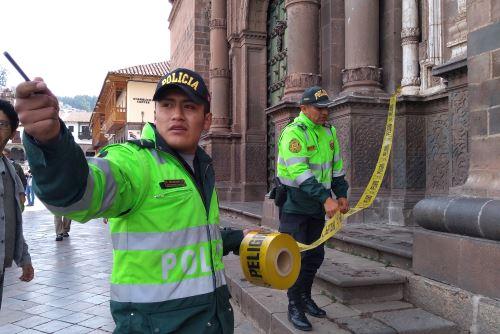 Policías acordonaron la zona tras la caída de al menos cuatro pináculos o elementos constructivos de la parte más alta del templo barroco La Compañía de Jesús del Cusco.