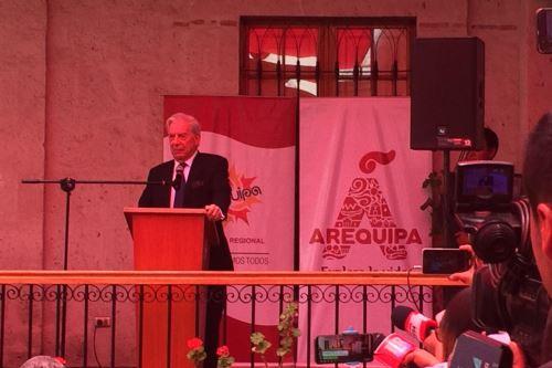 Vargas Llosa empezó su discurso diciendo que es triste desprenderse de sus libros, pero es grato saber que están en buenas manos.