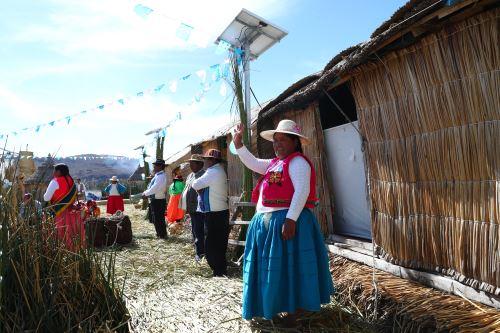 Un total de 800 familias de los Uros se beneficiarán con instalación de paneles solares.