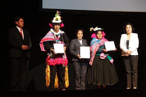 Ministra Patricia Balbuena entregó la declaratoria de Patrimonio Cultural de la Nación a la música y danza Warak´eros de Sandia.
