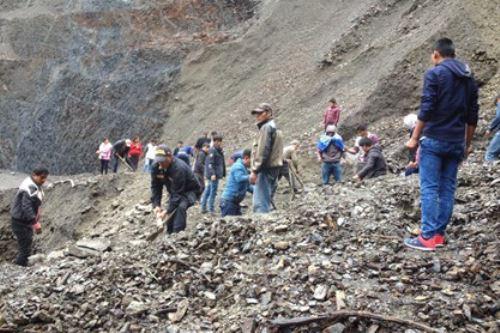 Varios tramos de la carretera Paucartambo-Kosñipata se encuentran bloqueadas por derrumbes.