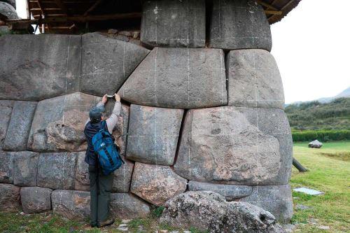 Separaciones entre rocas de muros incas por terremoto también se observa en Parque Arqueológico Sacsayhuamán.