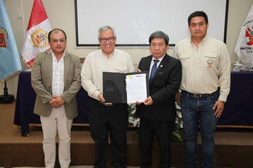 El jefe del Sernanp, Pedro Gamboa, y el rector de la Unica, Anselmo Magallanes, suscribieron convenio de cooperación.
