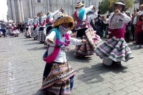 Danzarines de wititi armaron la fiesta en la plaza de armas de la ciudad de Arequipa.