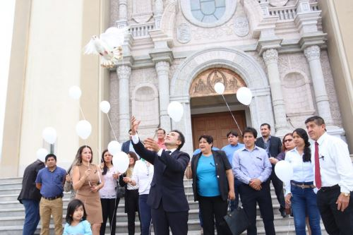 El cielo de Nuevo Chimbote se tiñó de blanco durante homenaje a sacerdote italiano Ugo de Censi.