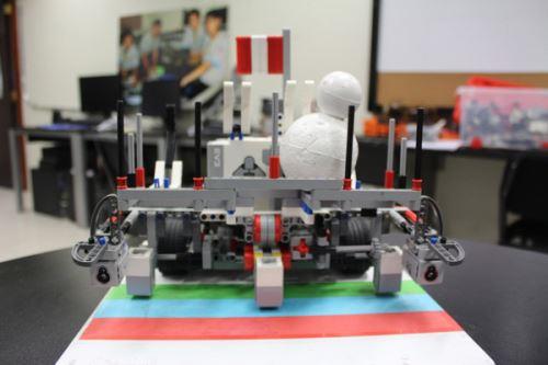 Los estudiantes armaron un robot autónomo usando kits educativos.