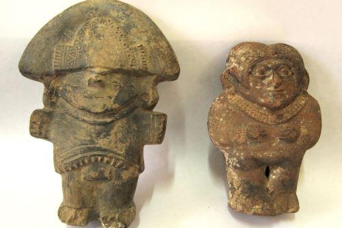 En las tumbas del complejo arqueológico El Chorro, en Chiclayo, se encontraron idolillos y objetos de metal.