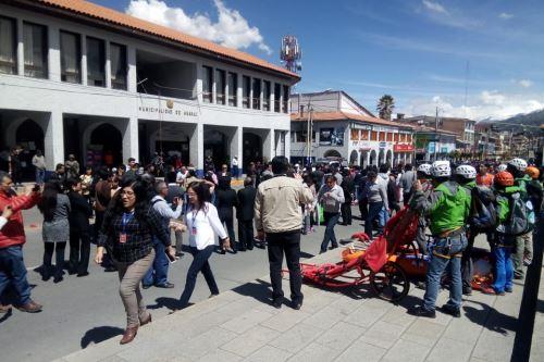 Trabajadores de la Municipalidad de Huaraz hicieron un alto en sus funciones para participar en simulacro de sismo seguido de aluvión.