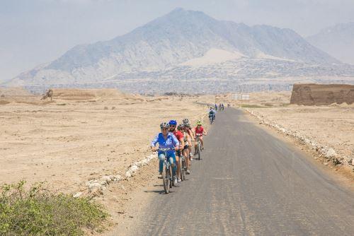 la ruta en bicicleta parte en el Museo de Sitio Chan Chan, pasa por huaca Toledo y llega hasta el palacio Nik An.