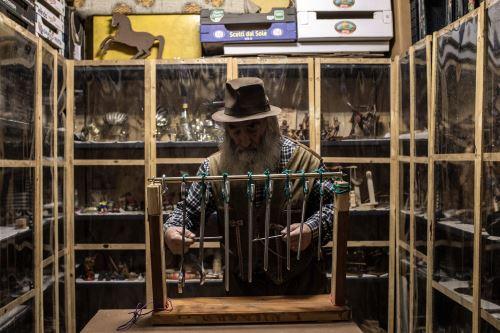 Collino muestra un instrumento muscial hecho con llaves
