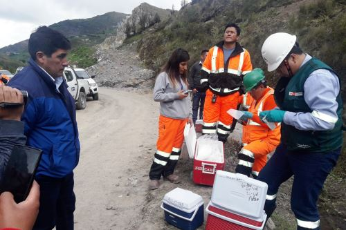 Equipo de la ANA recogió muestras de suelo y agua en la zona afectada por relave minero en Hualgayoc.