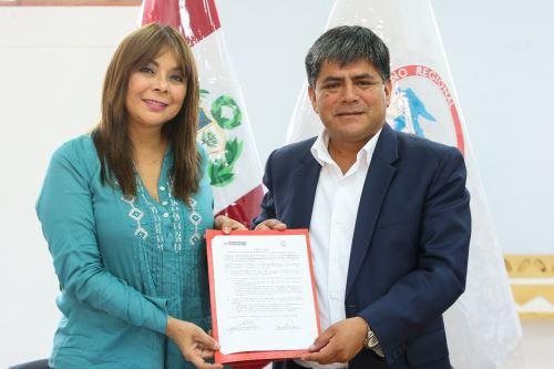La ministra de Desarrollo e Inclusión Social, Liliana La Rosa, suscribió un convenio con el gobernador regional de Ayacucho, Carlos Rúa.