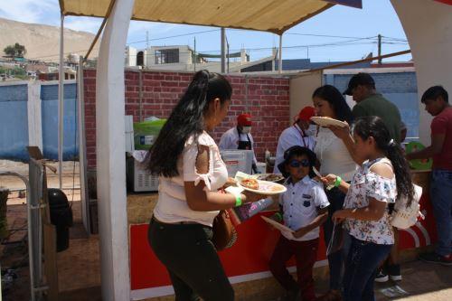 Grandes y chicos se deleitaron con la variada gastronomía ofrecida en la feria 'Perú, Mucho Gusto' en Ilo.