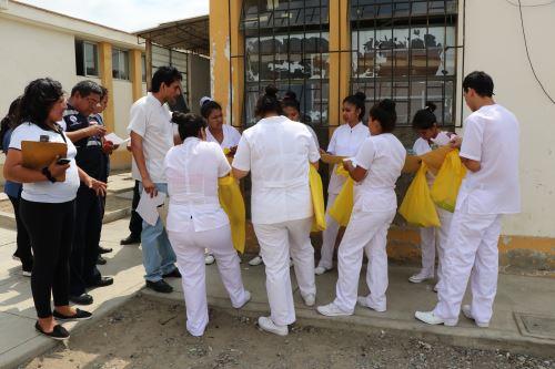 Brigadas de salud refuerzan las labores de control del dengue en viviendas de Paiján.