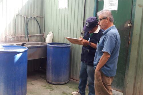 Se deben tapar los recipientes que contengan agua para evitar la reproducción del zancudo transmisor del dengue.