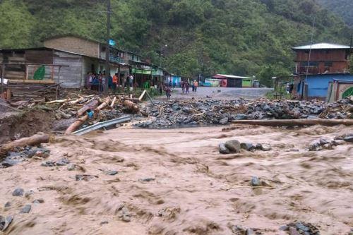Bomberos y brigadistas de Defensa Civil se encuentran en la zona afectada por el huaico.