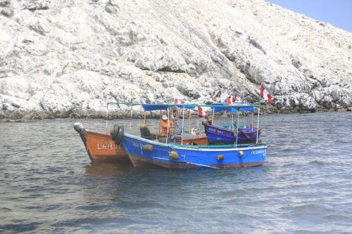 A la playa Las Conchuelas se llega en bote desde Chimbote.