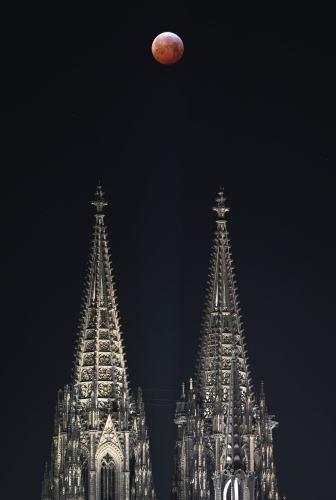 Luna de sangre sobre la catedral de Colonia, Alemania