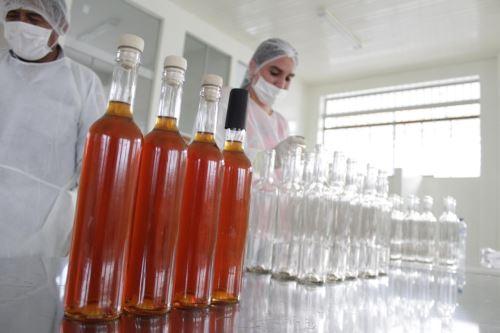 CITEproductivo Maynas brindó asistencia técnica a microempresa para elaborar licor.