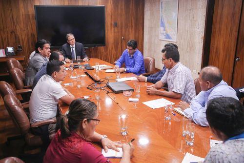 Ministro de Energía y Minas, Francisco Ísmodes, se reunió con alcaldes distritales de la provincia de Ucayali.