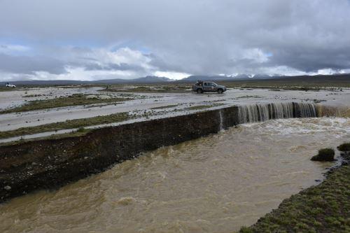 El desborde se produjo a consecuencia del desvío del cauce del río.