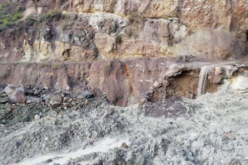 El huaico volcánico consiste en una mezcla de agua, barro, rocas y ceniza volcánica que se han acumulado en las quebradas alrededor del Ubinas.