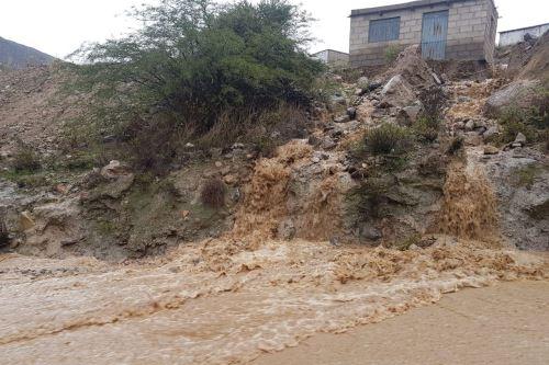 Las intensas lluvias y granizada activaron un cauce seco en el sector de quebrada Honda, en el distrito arequipeño de Quequeña.