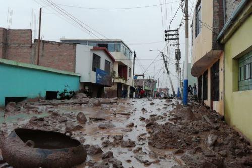 Autoridades trabajan en el rescate de víctimas por la caída de huaico en Aplao.